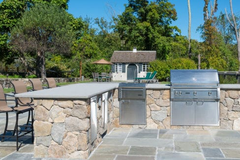 Outdoor-Kitchen-with-stainless-steel-appliances-&-Lynxs-Grill-in-Waccabuc,-NY.